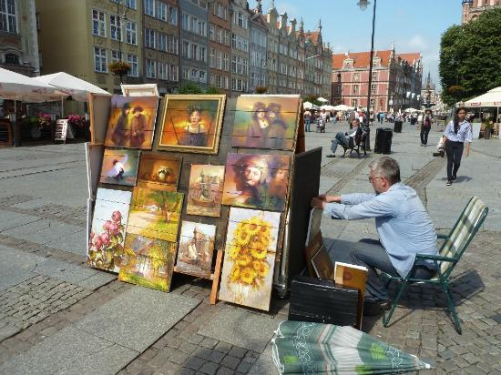 Dluga Street (ul. Dluga): Vendors and performers come out in force in summer