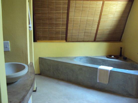Pestana Bazaruto Lodge: Baths and outdoor showers