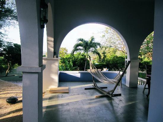 B&B Curaçao De Herberg: Heerlijke tuin! Wat een uitzicht! Een heerlijke hangmat.