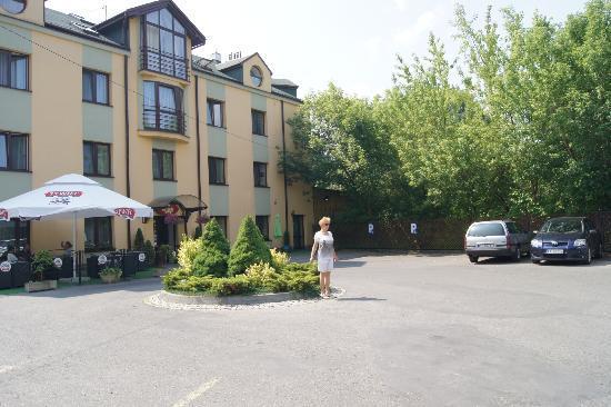 Petrus Hotel: przed hotelem
