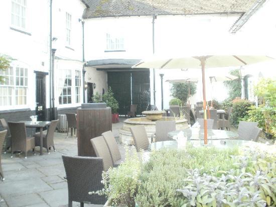 Innkeeper's Lodge: courtyard