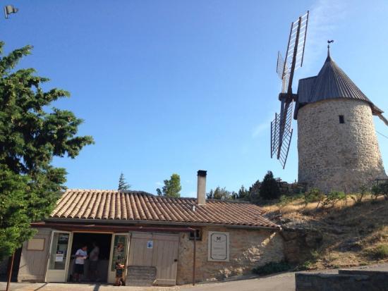 Les Maitres de Mon Moulin: 風車とパン屋。