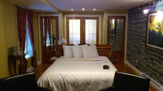 Hotel Acadia: Bedroom looking on to Bathroom