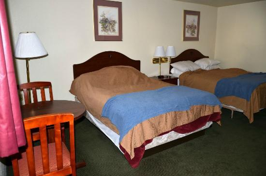 Caravan Inn: 2 queen size beds with table, chairs
