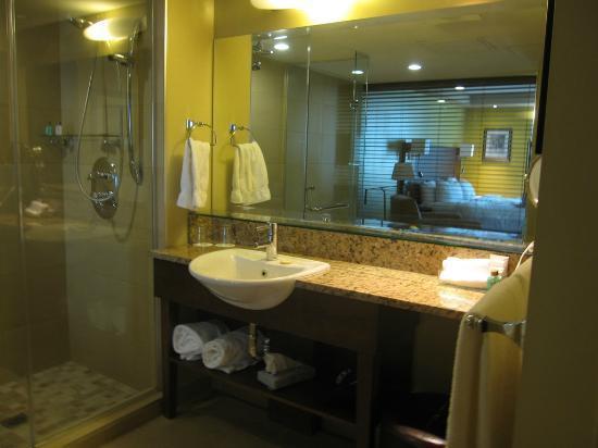 Hotel & Suites Normandin: Salle de bain avec grande douche vitrée