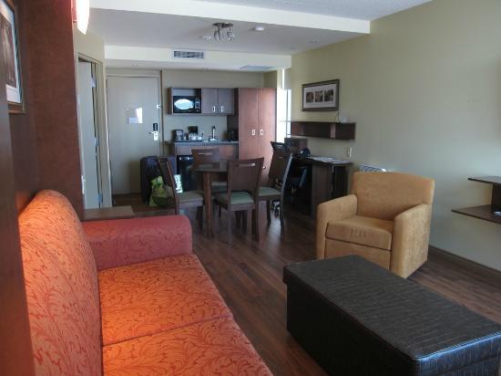 Hotel & Suites Normandin: Salon, salle à manger et kitchenette