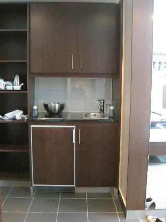 Zimmereingangsbereich mit Küchenzeile (Mikrowelle im Schrank) - Bild ...