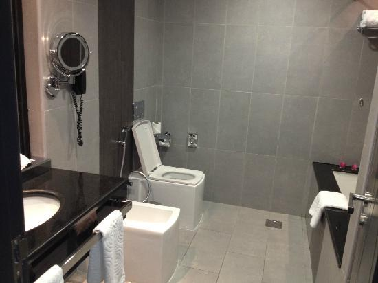 The Royal International Hotel: Bathroom