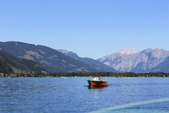 Hotel Stadt Wien: View from Lake Zell at the bottom of the road