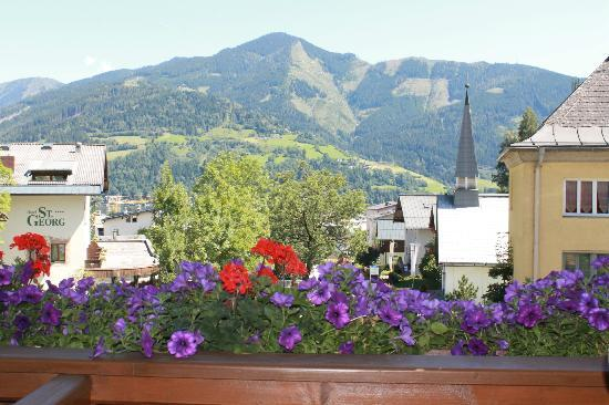 Hotel Stadt Wien: View down toawards the town and Lake Zell from a 2nd floor balcony at the front of the hotel