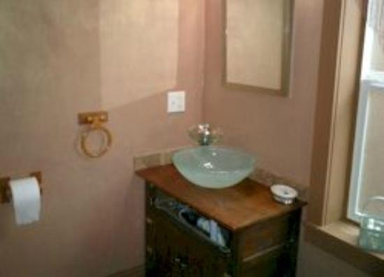 Crown Courtyard Inn : Lower Suite Bathroom