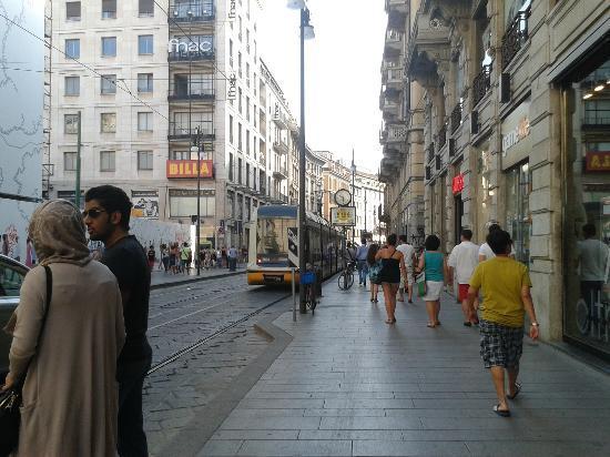 Espressohotel Milano Corso Genova: rua próxima ao hotel, bondes