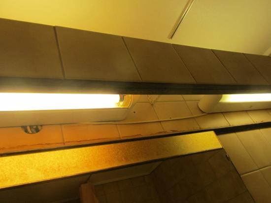 Scandic Sunnfjord Hotel & Spa: Fluorescentes del lavabo