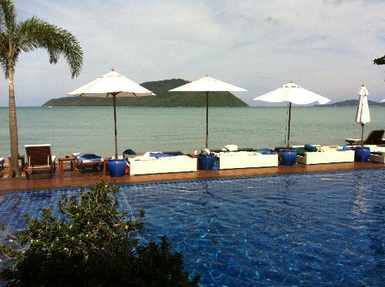 Serenity Resort & Residences Phuket: pool & loungers