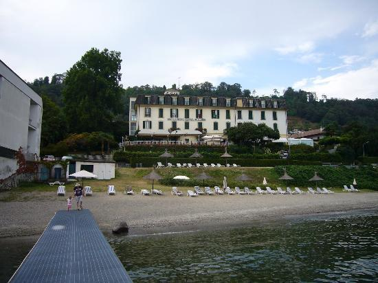 Hotel Villa Paradiso: View of the hotel from the lake