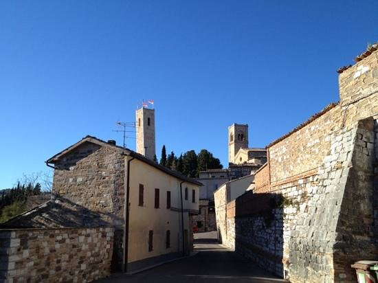 Marche, Italien: the tower from other side