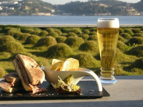 Altis Belem Hotel & Spa: Snacks by the river side on the Bar 38º41' Terrace.