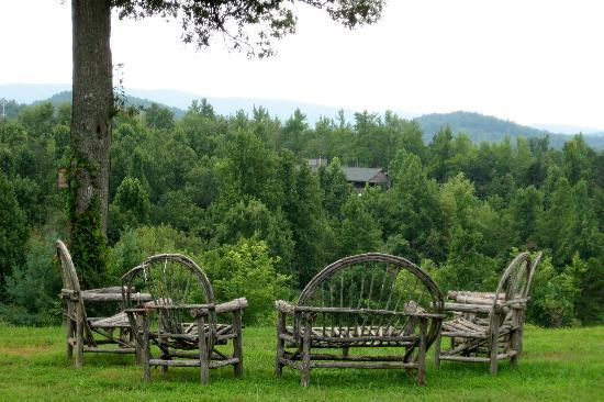 Saluda Mountain Lodge: Front seating area