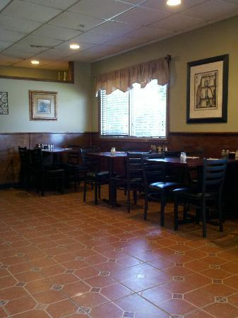 Franco's Brick Oven Pizza: Dining Room