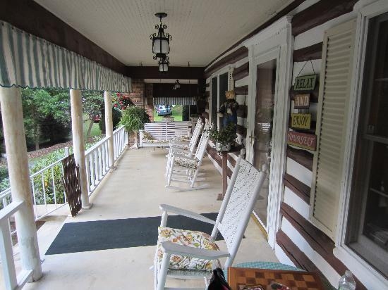 Roan Mountain Bed and Breakfast: Relaxing front porch