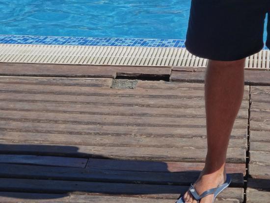 South Beach: teren przy basenie - odpadające deski z wystającymi gwoździami