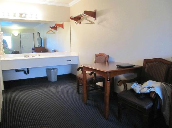 Hollywood City Inn: Pokój 209 widok zza łóżka