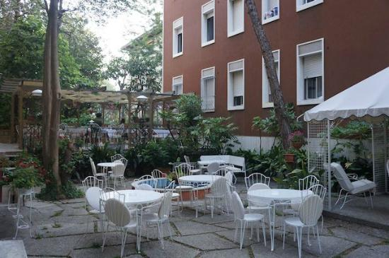 Hotel Rigel: Yard