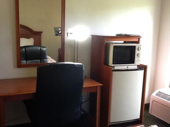 Best Western Airport Inn: nice desk and refrigerator and microwave