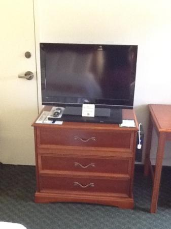 Best Western Airport Inn: nice flat screen color tv with direct tv satellite service