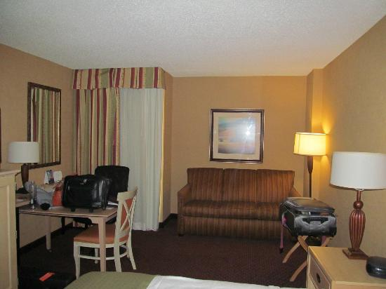 Holiday Inn San Antonio International Airport: Couch and table in the room