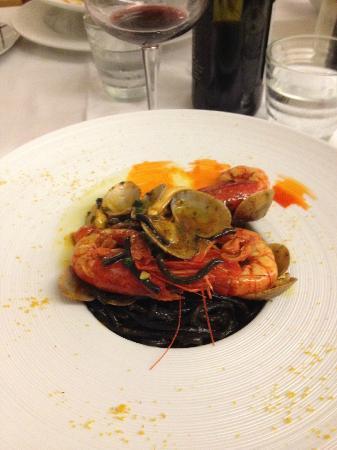 Greka' Restaurant: Spaghetti al nero di seppia con gamberi freschi di Bugerru e arselle di Marceddì