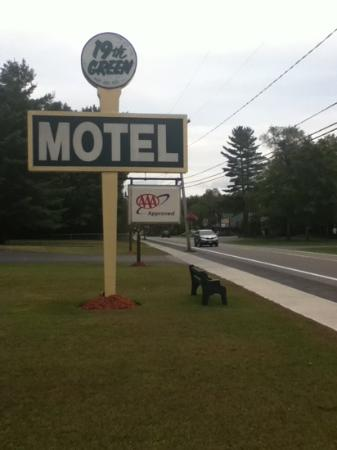 19th Green Motel: hotel road sign