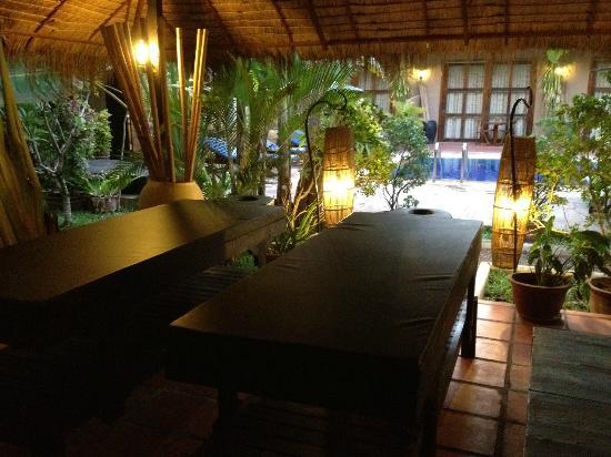 Antanue Spiritual Resort & Spa: poolside massage space