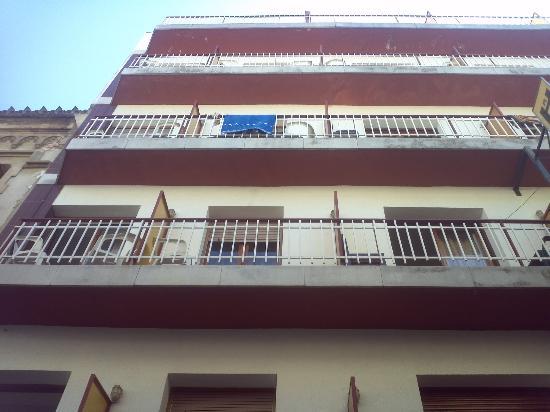 Hotel Armonia: Facciata hotel con piccoli balconi