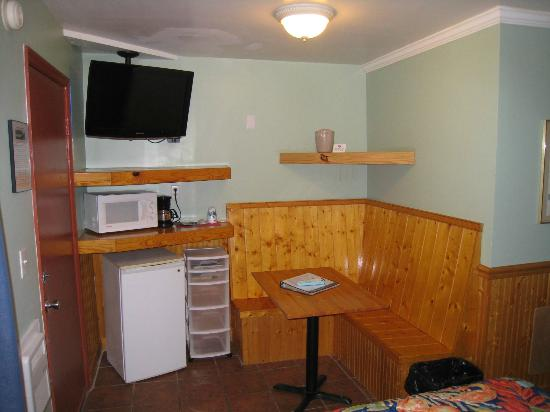 Island Inn: Table area of room with 2 queens