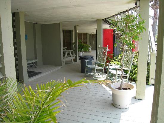 Island Inn: Lower Deck Area