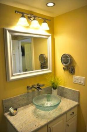 Ocean Palms Beach Resort: Luxury Studio Bathroom