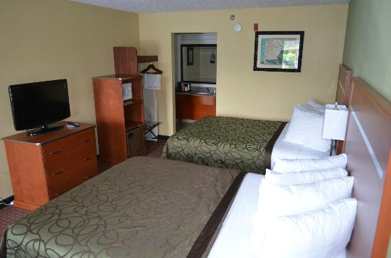 Baymont Inn & Suites Pigeon Forge: Standard two queen beds flat screen tvs, mw, refrigerator, and beautiful views