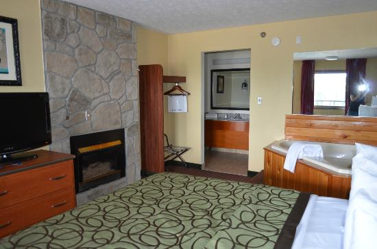 Fireplace/Jacuzzi Suites - Picture of Baymont Inn & Suites Pigeon ...