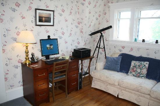 Belgravia Bed & Breakfast : Free computer, webcam (Skype) and printer access in cozy upstairs nook