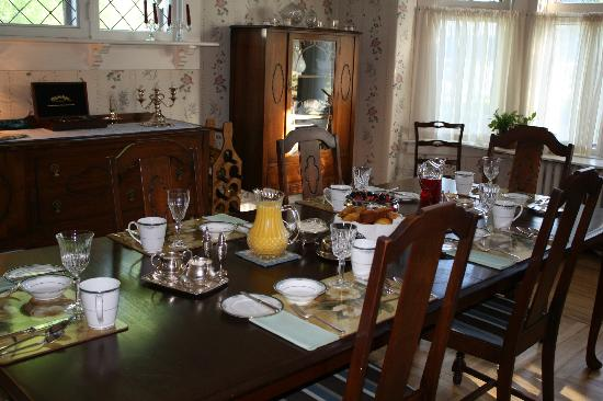 Belgravia Bed & Breakfast : Breakfast ready to be served in the Dining Room