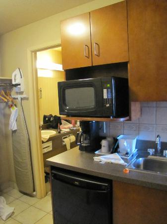 Super 8 Fort Nelson BC: mini kitchen