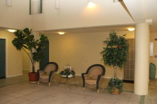 Ramada San Bruno SFO Airport: 2nd Floor Nice Common Area