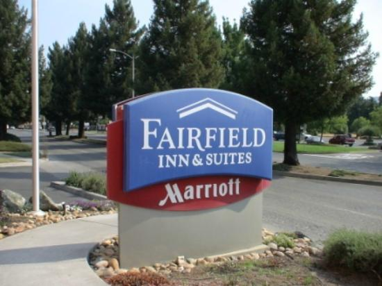 Fairfield Inn & Suites Ukiah Mendocino County: Sign