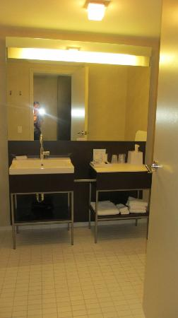 Four Points by Sheraton Levis Convention Centre: Bathroom