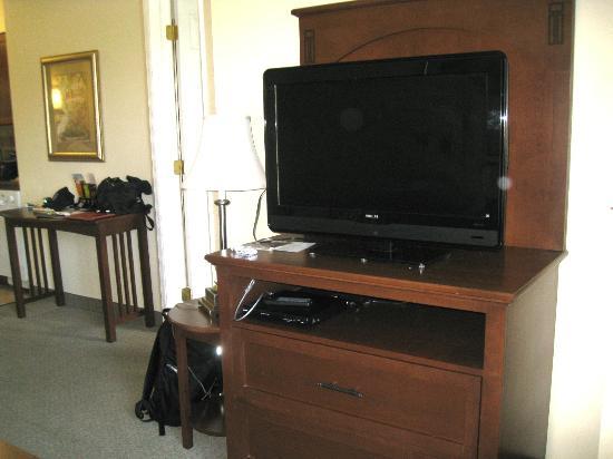Staybridge Suites Harrisburg: TV in front of sofa
