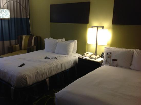 DoubleTree by Hilton Hotel Charlotte - Gateway Village : double full size beds