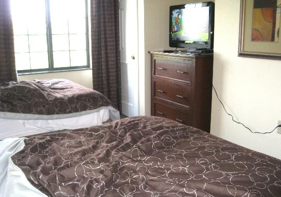 Staybridge Suites Harrisburg: Bedroom with TV and dresser