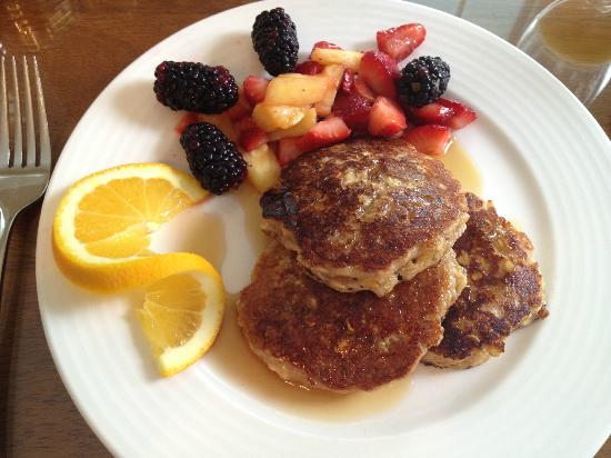 Liberty Hill Inn: Oatmeal pancakes with apricots and golden raisins, and fruit