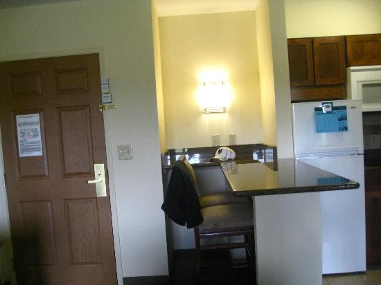 Staybridge Suites Harrisburg: Front door, view of counter and kitchen